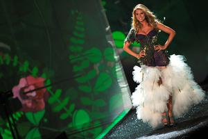 Model Heidi Klum walks the runway at the Victoria's Secret fashion show at The Armory on November 19, 2009 in New York City.  (Photo by Jason Kempin/Getty Images)