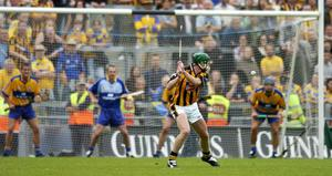 Henry Shefflin, Kilkenny, scores a last minute point. Guinness All-Ireland Senior Hurling Championship, Semi-Final, Kilkenny v Clare, Croke Park, Dublin in 2006. Picture credit; Damien Eagers / SPORTSFILE