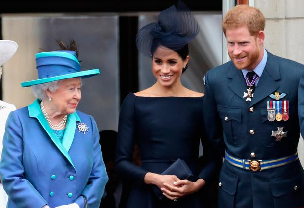 (L-R) Queen Elizabeth II, Meghan, Duchess of Sussex, Prince Harry, Duke of Sussex watch the RAF flypast on the balcony of Buckingham Palace, as members of the Royal Family attend events to mark the centenary of the RAF on July 10, 2018 in London, England. (Photo by Chris Jackson/Getty Images)