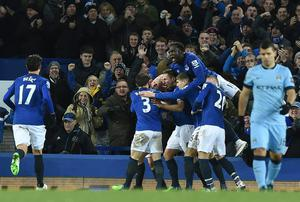 Everton players celebrate after Steven Naismith scores their equalising goal against title hopefuls Manchester City
