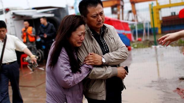 Relatives of a missing passenger aboard a capsized ship cry on the banks of the Jianli section of Yangtze River in Hubei province, China, June 4, 2015. HREUTERS/Aly Song