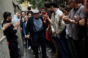 A man is applauded by people outside a polling station after casting his vote for the banned independence referendum in Barcelona, Spain, October 1, 2017. REUTERS/Eloy Alonso