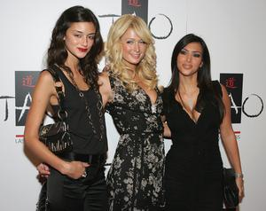 LAS VEGAS - SEPTEMBER 30:  (L-R) Model Caroline D'Amore, Paris Hilton and Kim Kardashian, arrive at the Tao Nightclub at the Venetian Resort Hotel Casino during the club's anniversary party early on September 30, 2006 in Las Vegas, Nevada.  (Photo by Ethan Miller/Getty Images)