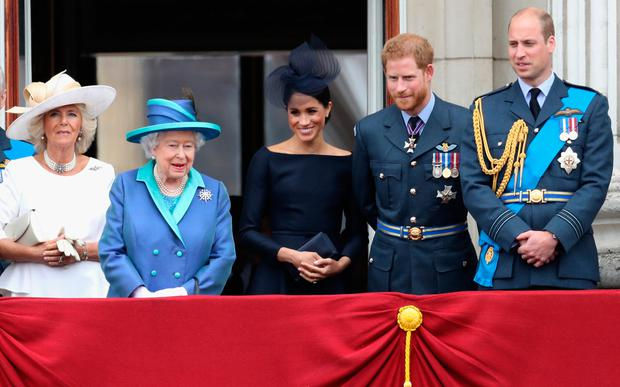 (L-R) Prince Charles, Prince of Wales, Prince Andrew, Duke of York, Camilla, Duchess of Cornwall, Queen Elizabeth II, Meghan, Duchess of Sussex, Prince Harry, Duke of Sussex, Prince William, Duke of Cambridge and Catherine, Duchess of Cambridge watch the RAF flypast on the balcony of Buckingham Palace, as members of the Royal Family attend events to mark the centenary of the RAF on July 10, 2018 in London, England.  (Photo by Chris Jackson/Getty Images)