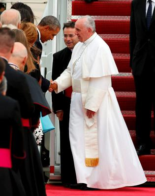 U.S. President Barack Obama welcomes Pope Francis (R) to the United States upon his arrival at Joint Base Andrews outside Washington September 22, 2015.  REUTERS/Kevin Lamarque