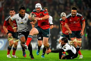 Johne Murphy, Munster, gets away from Kelly Haimona and Alberto Chillon, Zebre