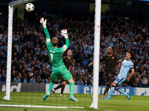 AS Roma's Maicon (2nd R) shoots and hits the crossbar during their Champions League soccer match against Manchester City at the Etihad Stadium in Manchester, northern England September 30, 2014. REUTERS/Phil Noble (BRITAIN - Tags: SPORT SOCCER)