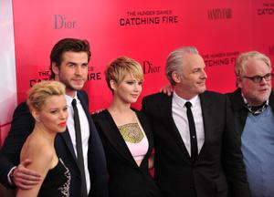 """Elizabeth Banks (L), Liam Hemsworth (2nd L) Jennifer Lawrence (C) and director Francis Lawrence (2nd R) and Phillip Seymour Hoffman (R) arrive at a special screening of """"The Hunger Games: Catching Fire"""" November 20, 2013 in New York.  AFP PHOTO/Stan HONDA"""