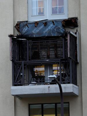 BERKELEY, CA - JUNE 16:  A section of collapsed balcony remains on the front of an apartment building new UC Berkeley on June 16, 2015 in Berkeley, California. 5 people were killed and 8 were seriously injured when a balcony collapsed at an apartment building near the University of California at Berkeley campus.  (Photo by Justin Sullivan/Getty Images)