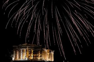 Fireworks explode over the temple of the Parthenon atop Acropolis hill during New Year's day celebrations in Athens, Greece, January 1, 2016. REUTERS/Alkis Konstantinidis  TPX IMAGES OF THE DAY