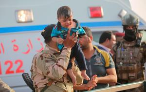 An Iraqi soldier carries a displaced kid from Ramadi at the outskirts of Baghdad, May 19, 2015. REUTERS/Stringer
