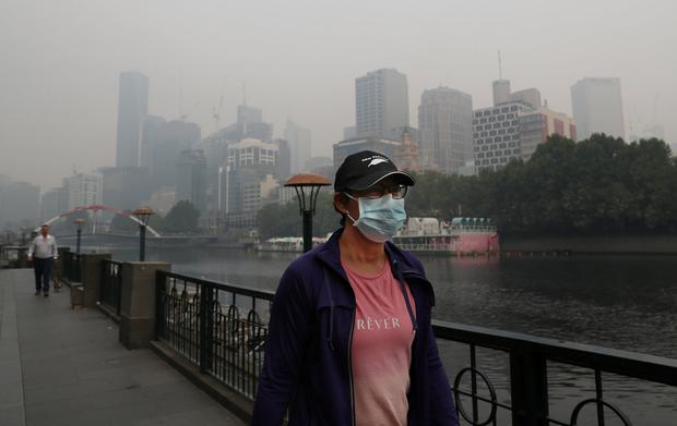 A man wears a mask to protect himself from a smoke haze in Melbourne. Photo: Reuters