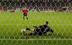 Gaizka Mendieta of Spain scores the winning penalty past Republic of Ireland goalkeeper Shay Given to win the shoot out. FIFA World Cup Finals, 2nd Round, Republic of Ireland v Spain, Suwon, Korea. Picture credit; David Maher / SPORTSFILE *EDI*