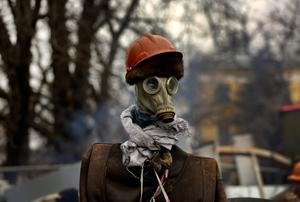 An effigy of an anti-government protester stands at a barricade near Kiev's Independence square February 22, 2014. The heads of four Ukrainian security bodies, including the police's Berkut anti-riot units, appeared in parliament on Saturday and declared they would not take part in any conflict with the people   REUTERS/Yannis Behrakis (UKRAINE - Tags: CIVIL UNREST POLITICS)