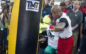 See bag, hit bag: Floyd Mayweather in training for Marcos Maidana fight Photo: REUTERS