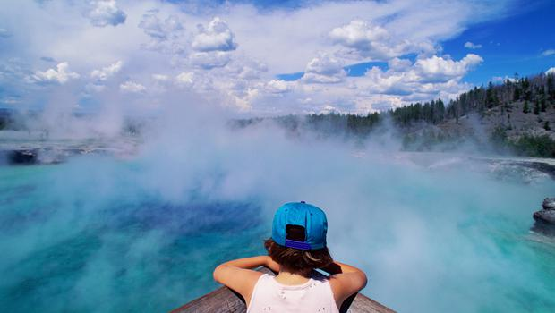 USA, Wyoming, Yellowstone NP, visitor at Grand Prismatic Spring