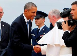 U.S. President Barack Obama (L) welcomes Pope Francis to the United States upon his arrival at Joint Base Andrews outside Washington September 22, 2015.   REUTERS/Jonathan Ernst