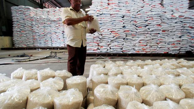 An government officer checks a sack of rice at the Bulog warehouse in Medan, Indonesia's South Sumatra province, June 15, 2015 in this photo taken by Antara Foto. Picture taken June 15, 2015.  REUTERS/Antara Foto/Septianda Perdana       ATTENTION EDITORS - THIS IMAGE HAS BEEN SUPPLIED BY A THIRD PARTY. IT IS DISTRIBUTED, EXACTLY AS RECEIVED BY REUTERS, AS A SERVICE TO CLIENTS. FOR EDITORIAL USE ONLY. NOT FOR SALE FOR MARKETING OR ADVERTISING CAMPAIGNS. MANDATORY CREDIT. INDONESIA OUT. NO COMMERCIAL OR EDITORIAL SALES IN INDONESIA.