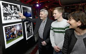 Padraig Og O Se and Maura O Se with Mick O'Dwyer at the launch of a photo exhibition called 'Irish Sports Stars Through The Years' in Paidi's pub in Ventry. Domnick Walsh