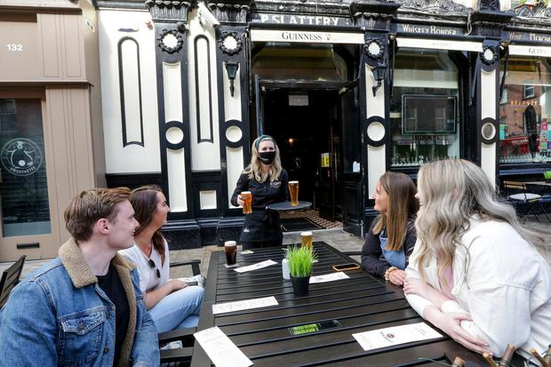 Owner Sinead Conlon serves the first drinks to Conor Potts, Louise Gowran, Lisa Brannigan and Kate Daly outside Slatterys pub on Capel street . Picture; Gerry Mooney
