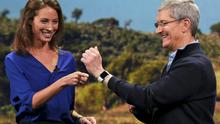 Model Christy Turlington Burns speaks to Apple CEO Tim Cook about the Apple Watch during an Apple event in San Francisco, California.    REUTERS/Robert Galbraith