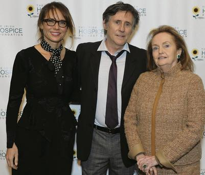 Gabriel Byrne with, left, his girlfriend Hannah Beth King and, right, Loretta Brennan Glucksman at the Irish Hospice Foundation event in New York last night.