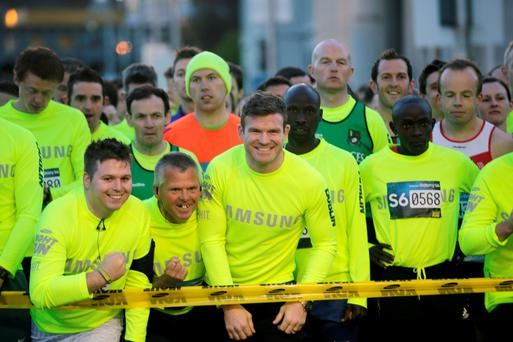 Gordan Darcy with runners taking part in the Samsung Galaxy S6 Night Run in Dublin