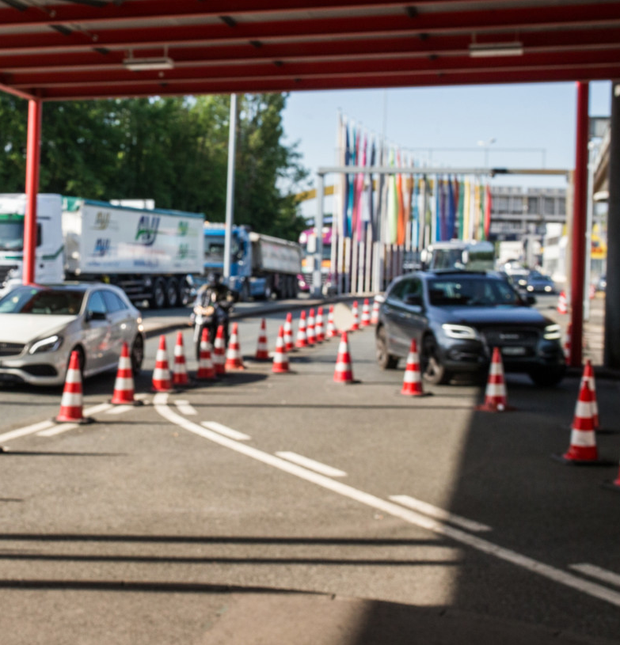 Vehicles at the border crossing Photo: Pierre Albouy