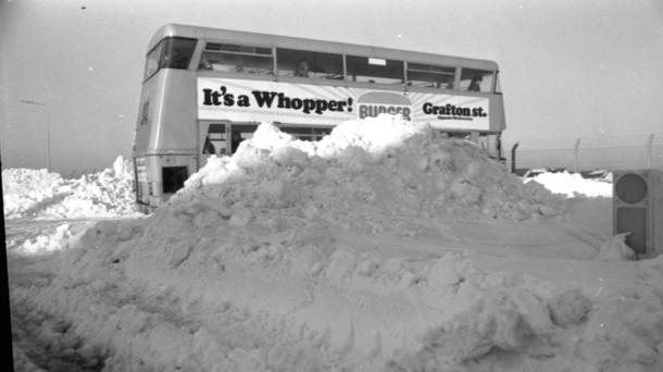 A bus at Belgard Road during heavy snow in 1982.