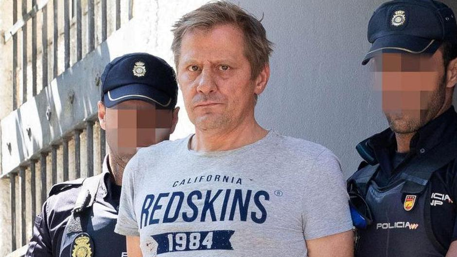 Leigh Anthony Gardiner (centre), who allegedly murdered John Pender in the toilets of a pub in Spain, has died in his Spanish prison cell. Photo: Solarpix.com