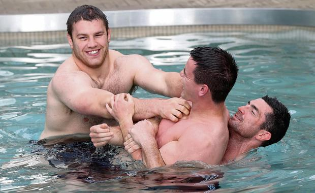 Sean O'Brien, Jonathan Sexton and Rob Kearney take part in a pool recovery session