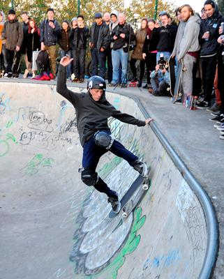 World champion pro-skateboarder Tony Hawk turned up to the Bushy Park skate park in Terenure in Dublin yesterday and put on a display to more than 100 skateboard fans. Hawk is in town for the Dublin Web Summit.  Photo: John Dardis