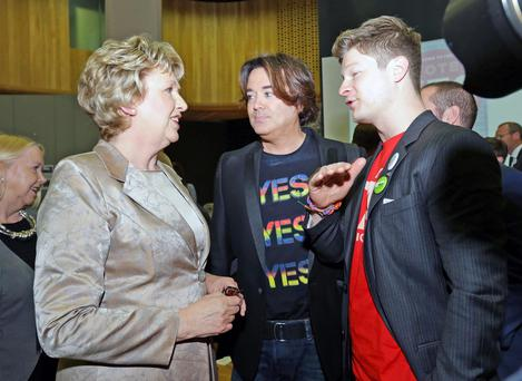 Former President Mary McAleese speaks with Eamon Farrell (Brother of Hollywood Star Colin) and Artist Steven Mannion