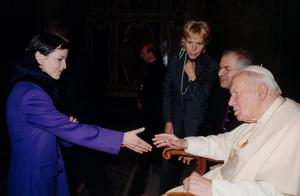 Pope John Paul greets Dolores at the Vatican on December 14, 2001