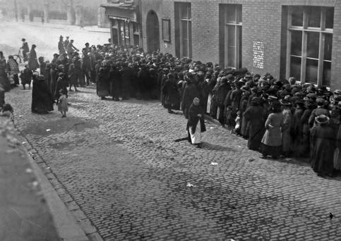 People queuing for food in 1916.