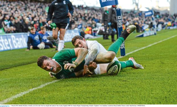 Robbie Henshaw crosses the line for Ireland. Photo: Sportsfile.