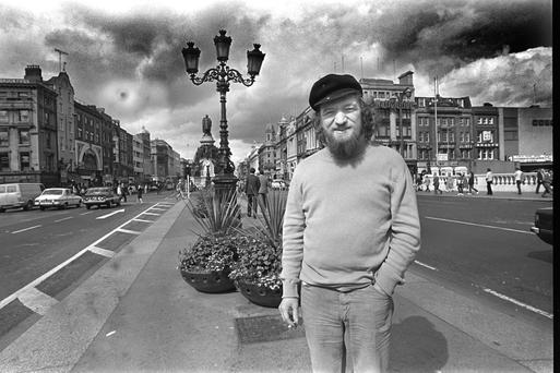 Singing legend: Luke Kelly pictured on O'Connell Bridge, September 5, 1980. Photo: Donal Doherty.