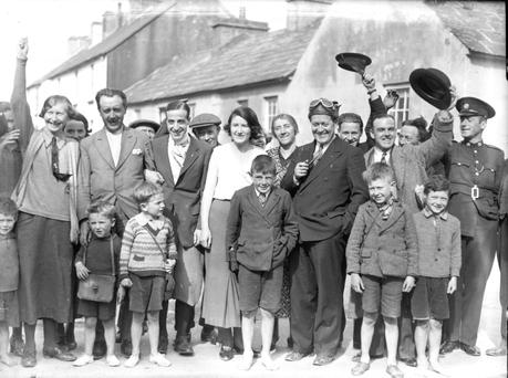Flying visit: Cesare Sabelli (in cravat) and George Pond (wearing goggles) with locals In Lahinch. Photo: NPA/Independent Newspapers Collection - independentarchives.ie