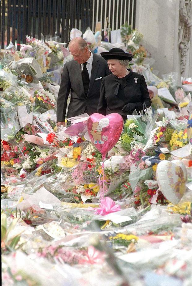 Reading floral tributes to the princess