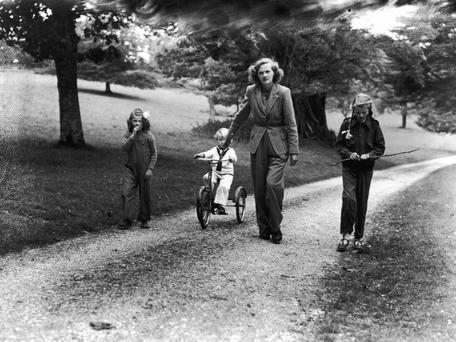 Author Daphne du Maurier walking with her children Flavia, left, Kits and Tessa, at home in Cornwall, June 1944. (Photo by J. Wilds/Keystone Features/Getty Images)