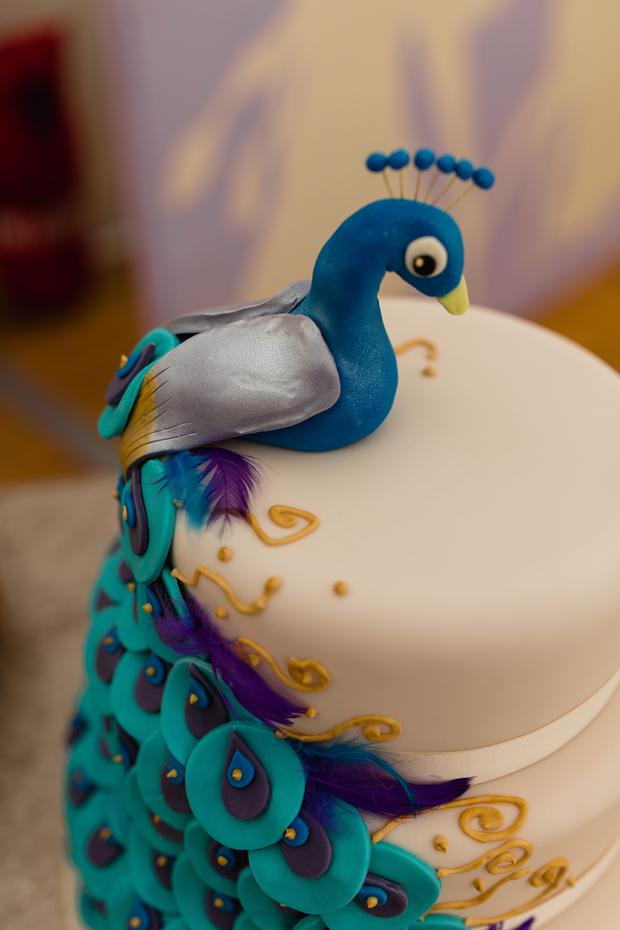 The peacock theme extended to the wedding cake. Photo: Sebastian at Art Wedding Photography, visit artweddingphotography.eu