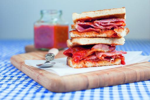 Bacon sandwich with tomato relish