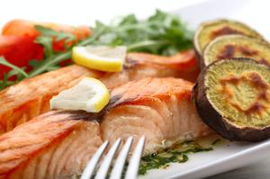 Slices of roasted salmon with sweet potatoes
