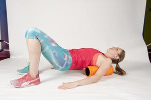BACK 1/ Lie on your back with your knees bent and the foam roller lengthways down your back. Ensure your arms are on the ground flat beside you, and gently roll from side to side