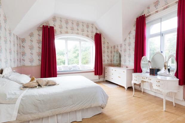 A double bedroom with flat arch window