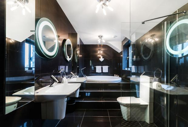The ensuite and its jacuzzi.