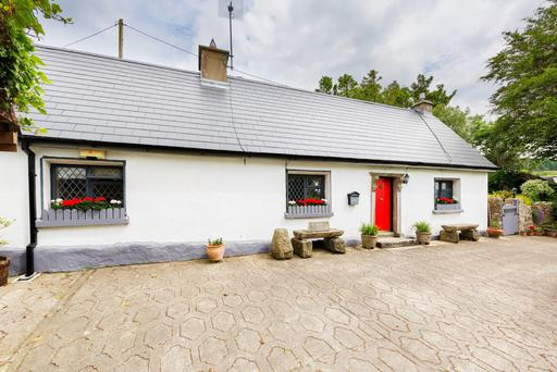 An Cloch Bán cottage has lake views and a one-bedroom annex ideal for guests.