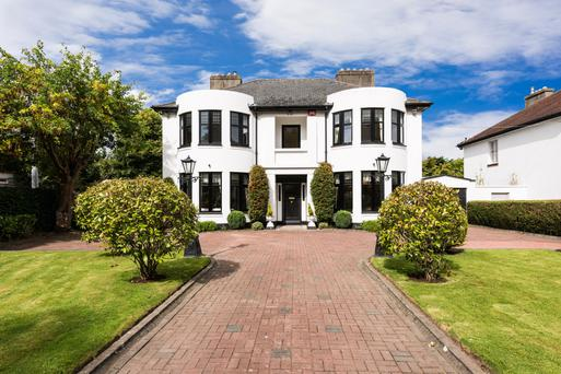 Lakelands is a mix of contemporary and traditional. It comes with two double-height and bowed-bay window columns