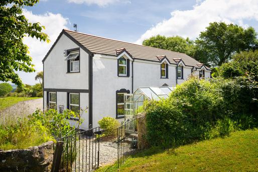 Suaimhneas is a three/four bedroom house 1km outside the village of Courtmacsherry