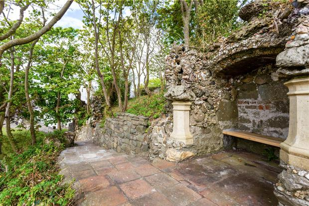 The garden 'folly' with a recessed viewing seat